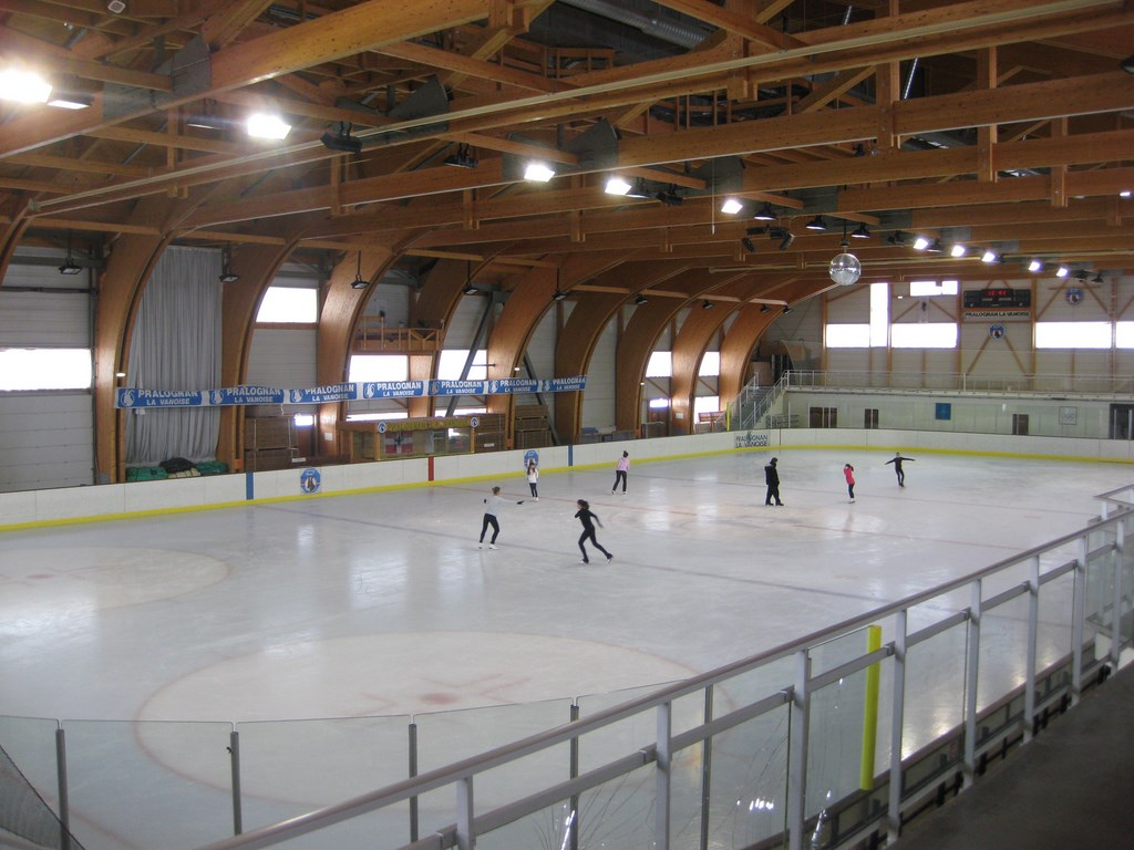 Winter activities at champagny for Piscine patinoire